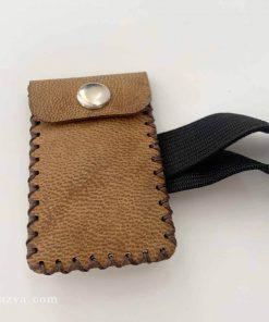 Poche et brassard en cuir pour avoir un talisman